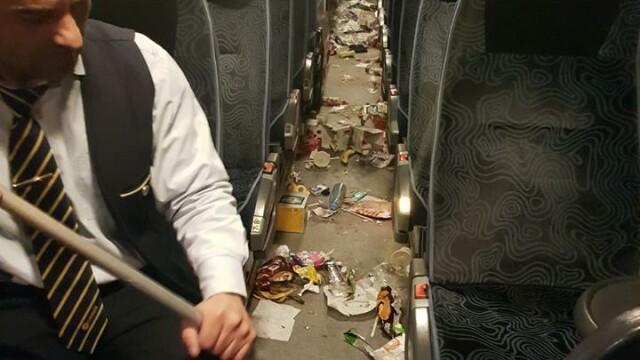 elevi care au facut mizerie in autocar