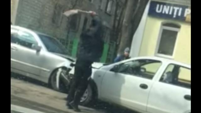 Un moldovean înarmat a făcut 2 accidente, apoi a început să distrugă maşinile cu o lopată