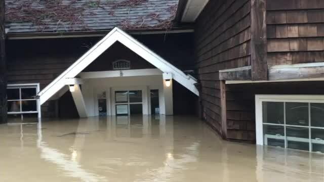 Inundații grave în nordul Californiei. Mii de locuinţe şi sedii de firme, afectate de ape