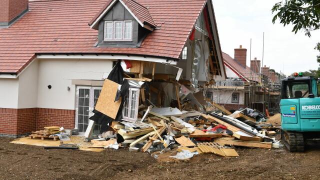 Sentința în cazul românului care a distrus 5 case cu excavatorul, în Marea Britanie. VIDEO - Imaginea 2