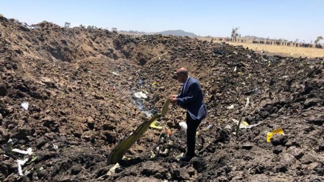Prima imagine de la locul în care s-a prăbușit avionul companiei Ethiopian Airlines, în care se aflau 157 de persoane