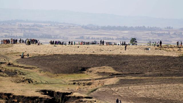 Crater uriaș format în locul în care s-a prăbușit avionul Boeing în Etiopia. GALERIE FOTO - Imaginea 6