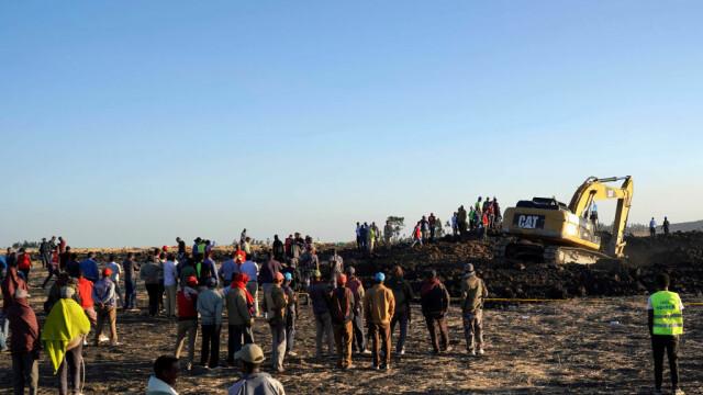Crater uriaș format în locul în care s-a prăbușit avionul Boeing în Etiopia. GALERIE FOTO - Imaginea 7