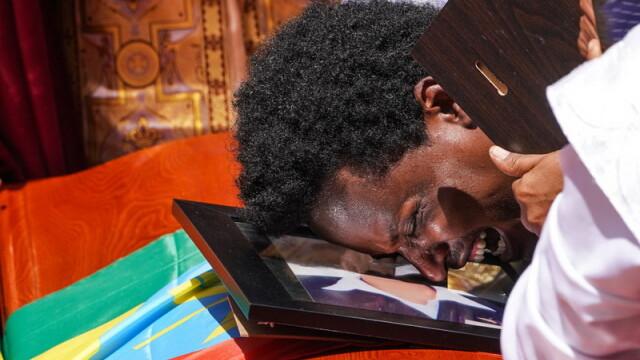 Funeraliile victimelor tragediei din Etiopia. Ce au pus de fapt rudele în sicrie - Imaginea 1