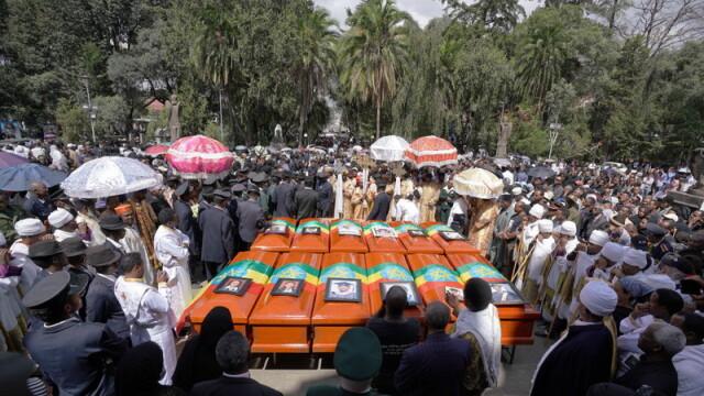 Funeraliile victimelor tragediei din Etiopia. Ce au pus de fapt rudele în sicrie - Imaginea 2