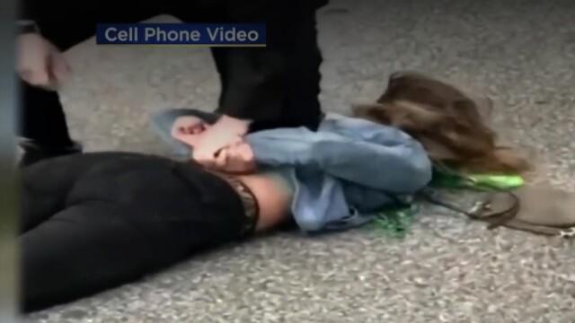Momentul în care o tânără e lovită cu pumnul în față de un polițist a devenit viral