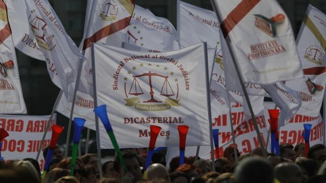 """Peste 1.500 de grefieri au protestat în Capitală. """"Suntem nemulțumiți de Legile Justiției"""" - Imaginea 3"""