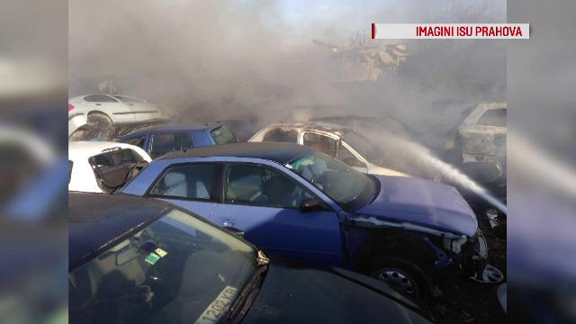Incendiu de vegetație în Ploiești. Flăcările s-au extins la un parc de dezmembrări auto