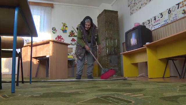 Bătrâna care lucra la 83 ani la o grădiniță a fost concediată, după ce a apărut la TV - Imaginea 1