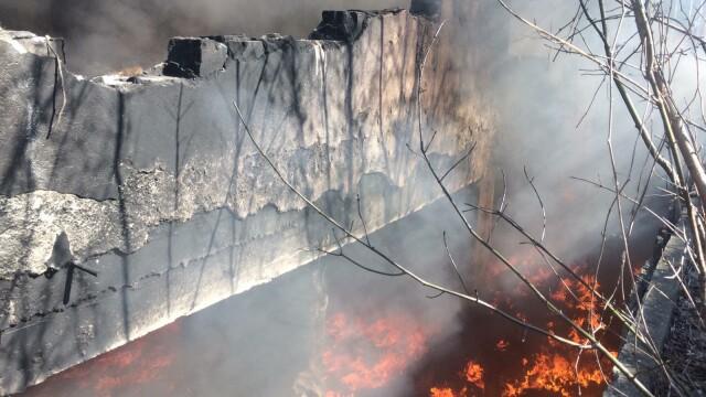 Nou episod de poluare în București. Au ars gunoaie depozitate ilegal - Imaginea 1