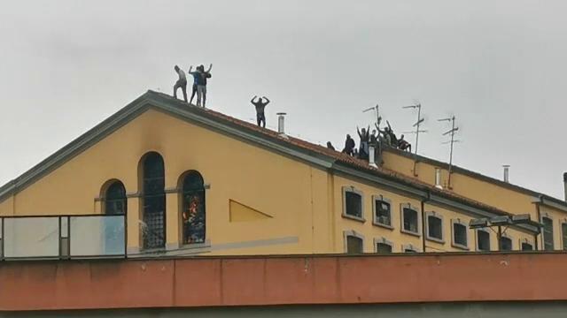 Revolte în închisorile din Italia din cauza coronavirusului: gardieni luați ostatici și 6 morți - Imaginea 1