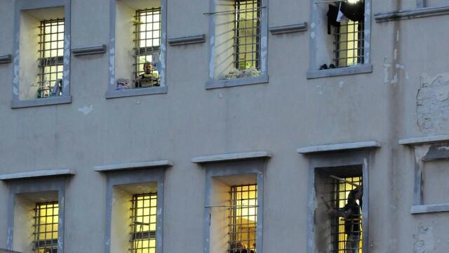 Revolte în închisorile din Italia din cauza coronavirusului: gardieni luați ostatici și 6 morți - Imaginea 2