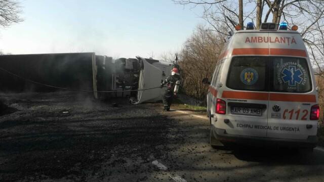 Accident in Arad, după ce un camion cu bitum fierbinte s-a răsturnat - 3