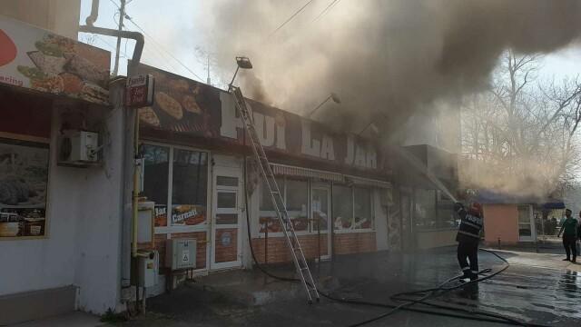 Incendiu la un fast-food din Galați. Focul a pornit de la grătarul din interior - Imaginea 4