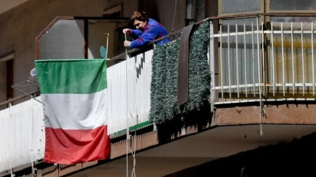 Napoli cumparaturi de la balcon