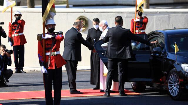 Cum arată mașina blindată cu care se deplasează Papa Francisc în Irak. GALERIE FOTO