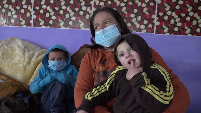 O familie din Botoșani a rămas fără casă, în urma unui incendiu. Mama a intrat în flăcări să își salveze băiatul
