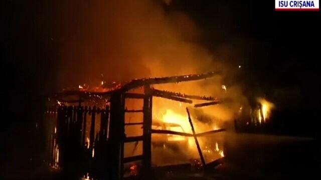 Panică în Bihor, din cauza unui incendiu violent. O magazie și un garaj au fost mistuite de flăcări
