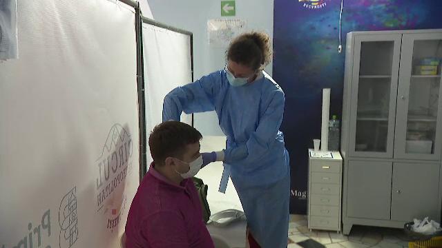 """De duminică intră în vigoare noile restricții. Ce spun românii despre vaccinare: """"Am hotărât să vin de prima oară"""""""