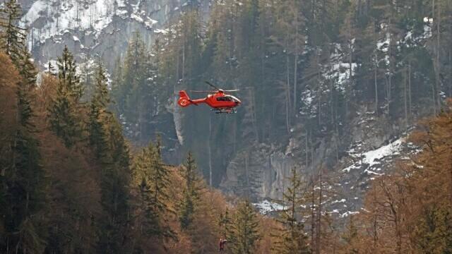 Un tânăr de 18 ani a supraviețuit după ce a căzut într-o prăpastie de 60 de metri