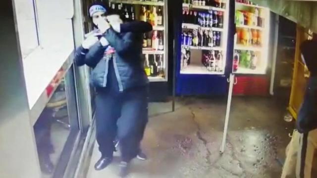 Tentativă de jaf la o benzinărie din Capitală. Hoții, înarmați cu un pistol, puși pe fugă de o angajată