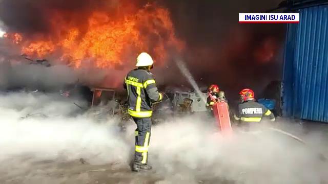 Incendiu puternic la un depozit din Arad. Flăcările și fumul s-au vâzut de la câțiva kilometri