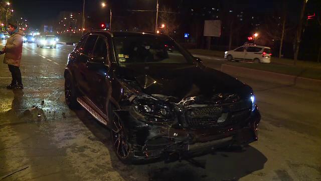 Două accidente identice, în decurs de o oră, în Capitală. Șoferii vinovați au trecut pe roșu