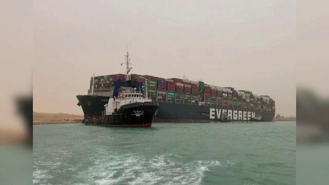 O navă uriașă, lungă cât patru terenuri de fotbal, a rămas blocată în malul canalului Suez