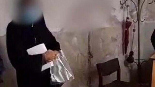 Măicuța prinsă de polițiști la cerșit era în realitate bărbat. Dialogul fabulos din secția de poliție
