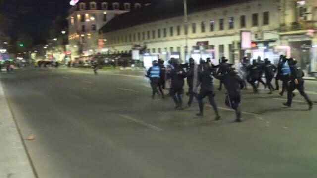Violențe în centrul Bucureștiului, la protestele anti-restricții. Ultrașii au atacat jandarmii cu pietre