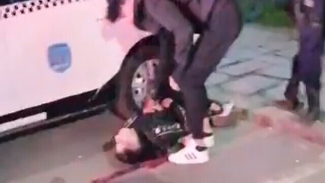 VIDEO Jandarmii din Brăila, acuzaţi că ar fi lovit un protestatar: Sângele era, de fapt, o eșarfă roșie. Reacţia AUR