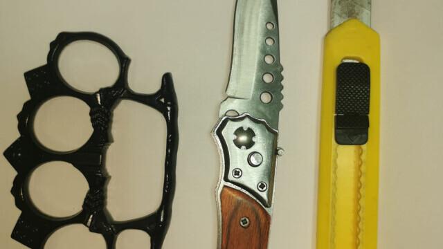 FOTO. Ce au găsit jandarmii la protestatarii din Galați: cuțite și arme de luptă corp la corp - Imaginea 5