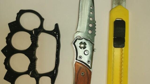 FOTO. Ce au găsit jandarmii la protestatarii din Galați: cuțite și arme de luptă corp la corp - Imaginea 7