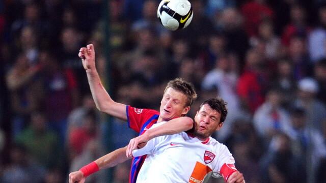 Derbiul Steaua-Dinamo - plictiseala pe teren, mare agitatie in tribune - Imaginea 1