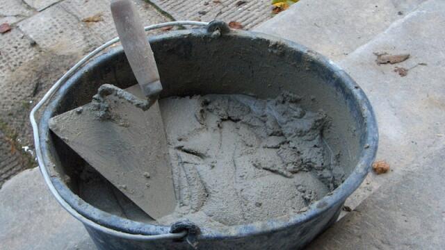 L-a bagat cu capul in ciment pentru ca era obraznic la ora de zidarie!