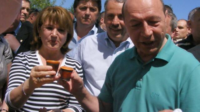 Presedintele Basescu, jenat ca o batrana i-a sarutat mana!