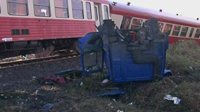 Impact intre colosi! Un tren a lovit un TIR! Sapte persoane au fost ranite!