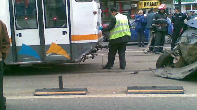 Teribil! Un tramvai a izbit in plin o masina in care se aflau doi barbati - Imaginea 6