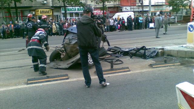 Teribil! Un tramvai a izbit in plin o masina in care se aflau doi barbati - Imaginea 7