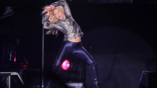 Pe tunete, fulgere si ploaie torentiala, Shakira a dansat in sutien - Imaginea 2