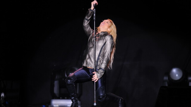 Pe tunete, fulgere si ploaie torentiala, Shakira a dansat in sutien - Imaginea 4