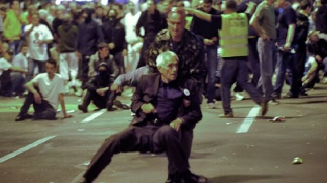 10.000 de sarbi isi acuza presedintele de tradare. Lupte de strada in numele lui Mladici la Belgrad
