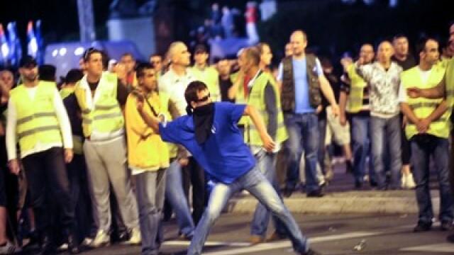 10.000 de sarbi isi acuza presedintele de tradare. Lupte de strada in numele lui Mladici la Belgrad - Imaginea 2
