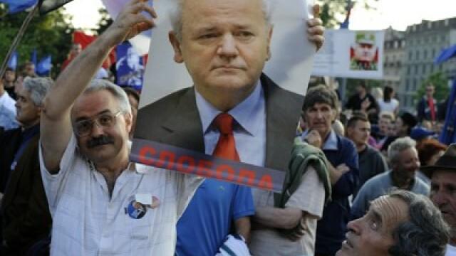 10.000 de sarbi isi acuza presedintele de tradare. Lupte de strada in numele lui Mladici la Belgrad - Imaginea 4