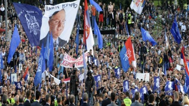 10.000 de sarbi isi acuza presedintele de tradare. Lupte de strada in numele lui Mladici la Belgrad - Imaginea 5