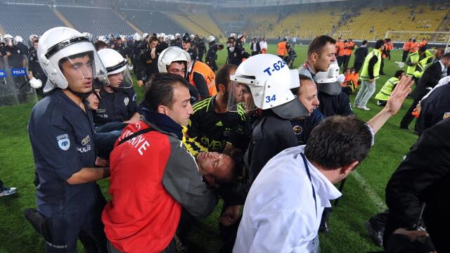 Violente incredibile dupa meciul Fenerbahce-Galatasaray. Scene de razboi intre suporteri si politie