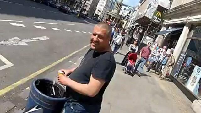 cersetor cauta prin gunoi