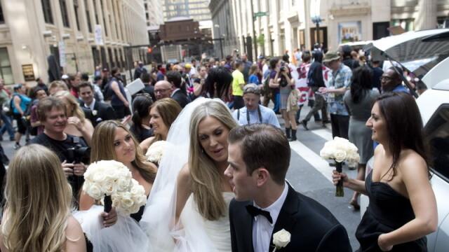 Fotografia unei mirese face inconjurul lumii. Protestele anti-NATO de la Chicago i-au stricat nunta - Imaginea 1