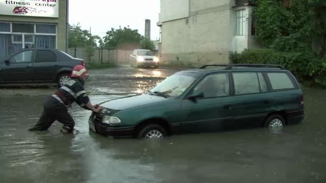 COD PORTOCALIU de inundatii, prelungit. Imagini din zonele in care drumurile nu se vad de apa