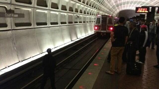 barbat sare pe sine la metrou, Arlington